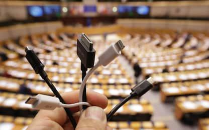 Caricabatterie universale per tutti gli smartphone, la proposta Ue
