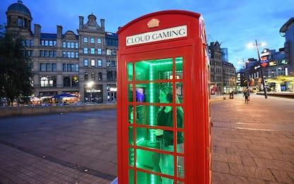 La sala giochi più piccola del mondo è in una cabina telefonica