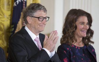 epa05643127 Bill Gates (L) and Melinda Gates (R), recipients of the Presidential Medal of Freedom, attend a ceremony in which they were awarded the medal by US President Barack Obama, in the East Room of the White House in Washington, DC, USA, 22 November 2016.  EPA/MICHAEL REYNOLDS