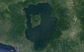 cratere dell'isola vulcanica Luzon, che ospita il lago Taal, nelle Filippine, visto da Google Earth