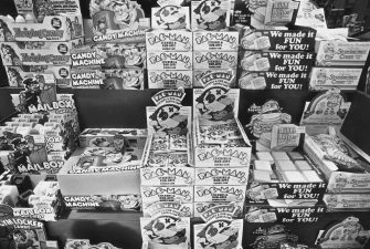 A retail display featuring Pac-Man candy and chewing gum at the Paramus Park Mall, New Jersey, USA, 14th August 1982. (Photo by Barbara Alper/Getty Images)