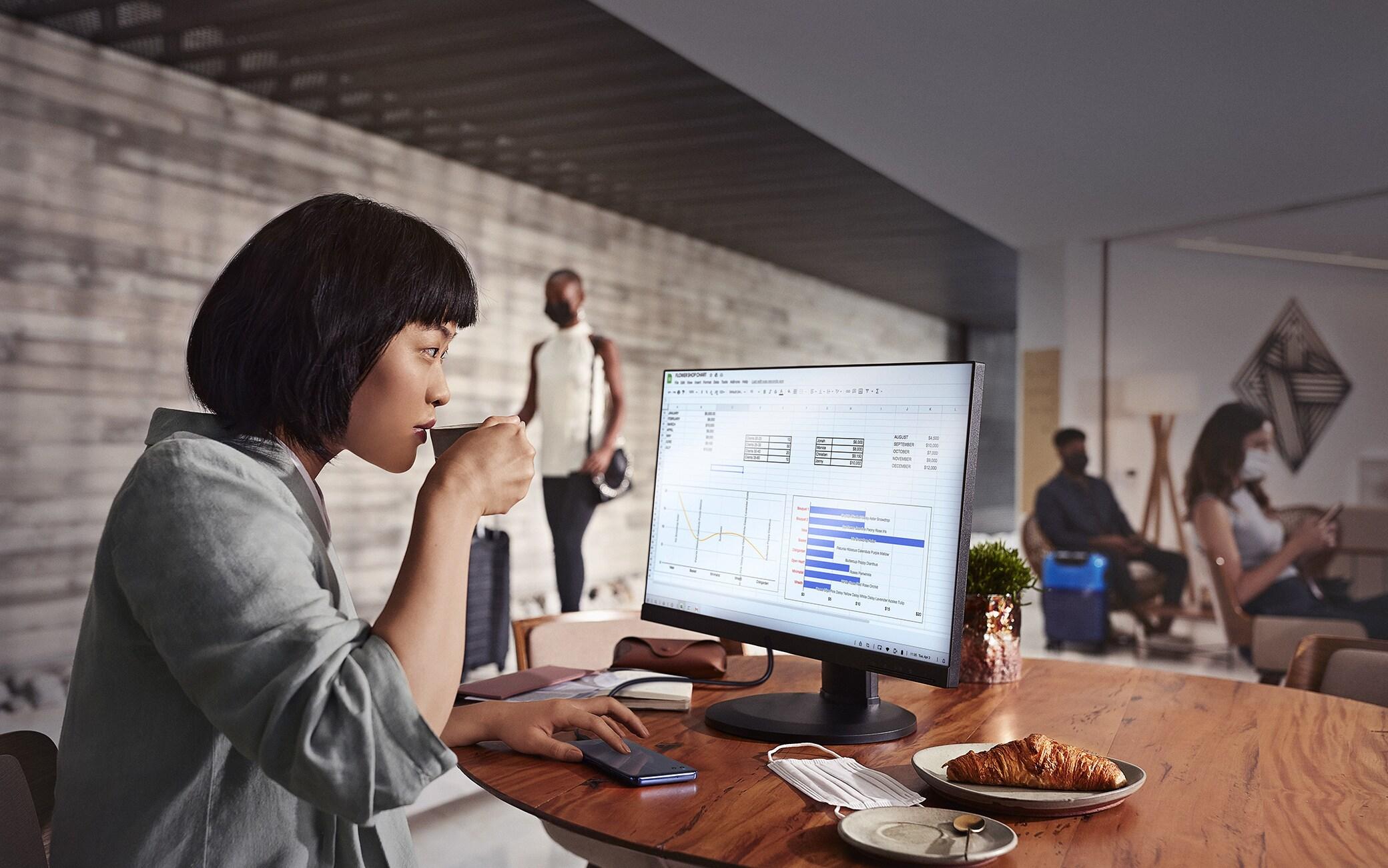Grazie a Ready For è possibile collegare lo smartphone a tv e monitor e lavorare su schermi più grandi