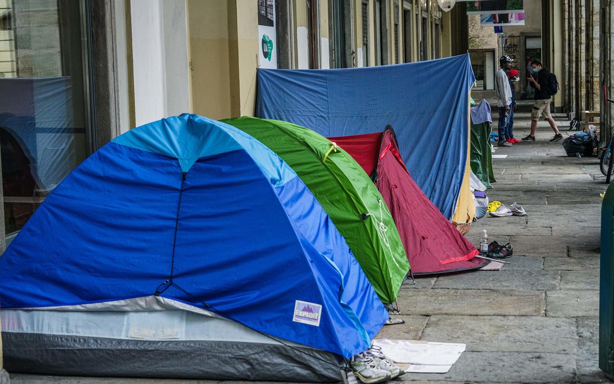 Continua la protesta dei senzatetto sotto al comune dopo lo sfratto dal sito di piazza d'Armi, Torino, 11 maggio 2020. ANSA/TINO ROMANO