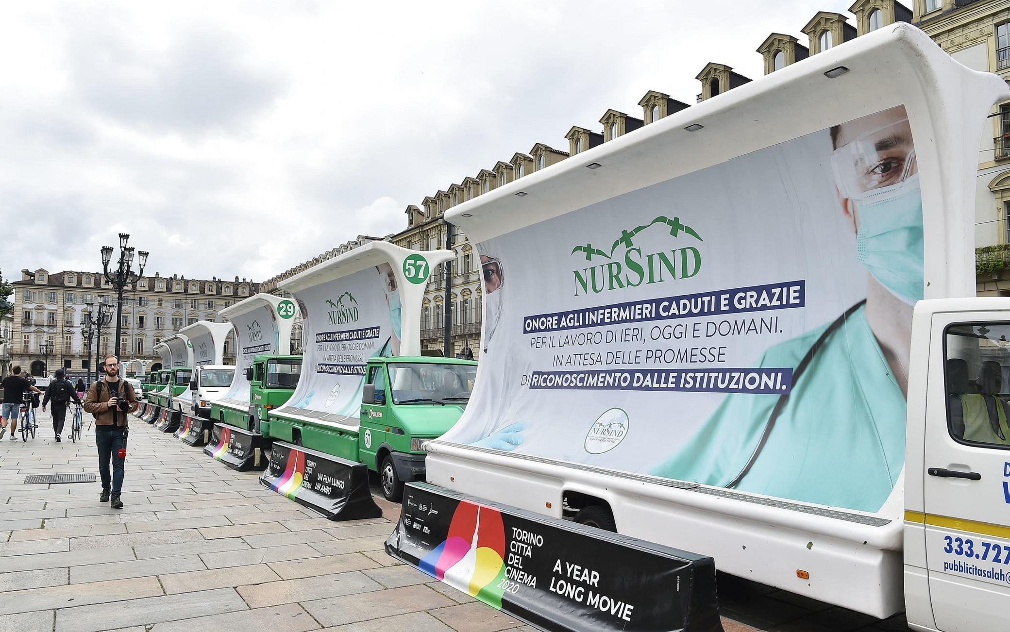 I camion pubblicitari utilizzati dagli infermieri nel corso della manifestazione di protesta contro il Governo sfilano per le vie del centro di Torino, 8 giugno 2020 ANSA/ ALESSANDRO DI MARCO