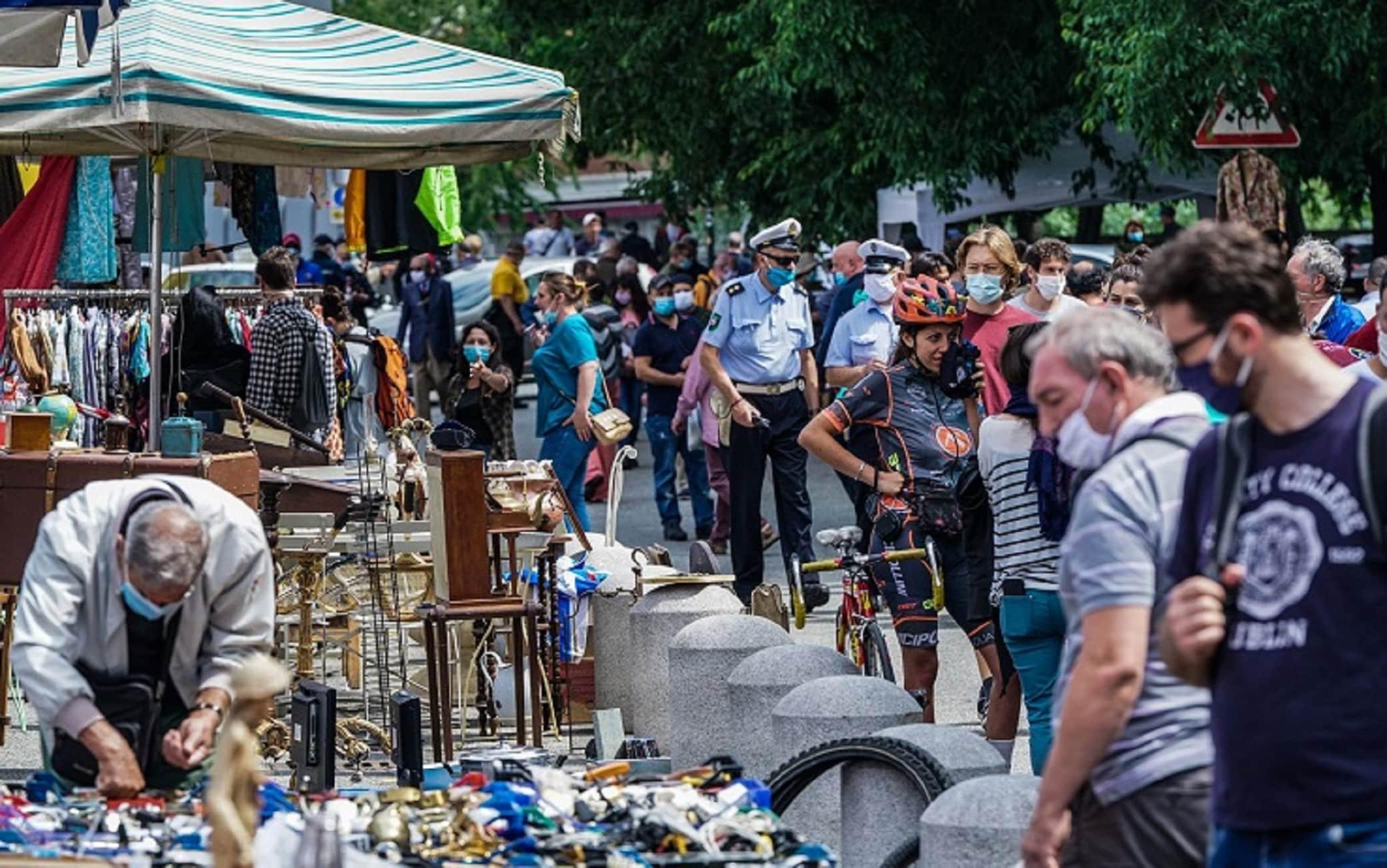 Riapertura dello storico mercato del Balon dopo il lockdown, Torino, 13 giugno 2020. ANSA/TINO ROMANO