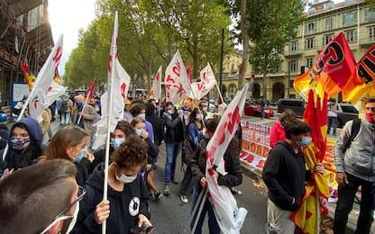 Scuola, protesta studenti e sindacati a Torino. Anche bandiere NoTav