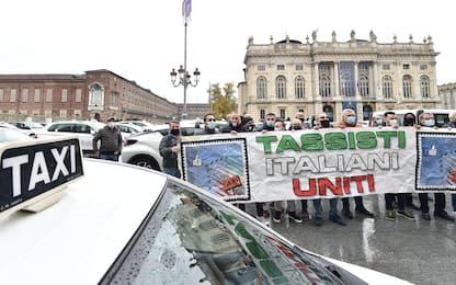 """Covid, protesta dei tassisti in centro a Torino: """"Servono incentivi"""""""