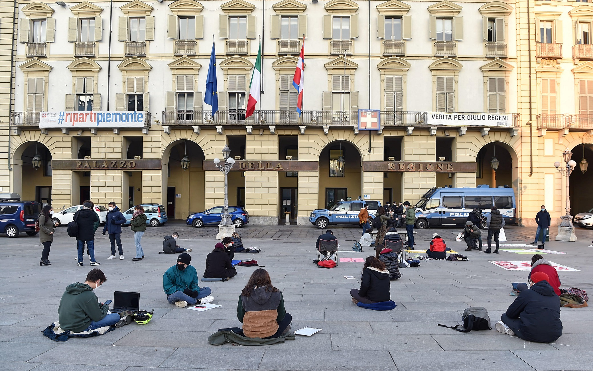Distance learning students study outdoors in front of the 'Regione Piemonte'palace in Castello Square during the coronavirus Covid-19 pandemic emergency in Turin, Italy, 26 November 2020. ANSA/ALESSANDRO DI MARCO