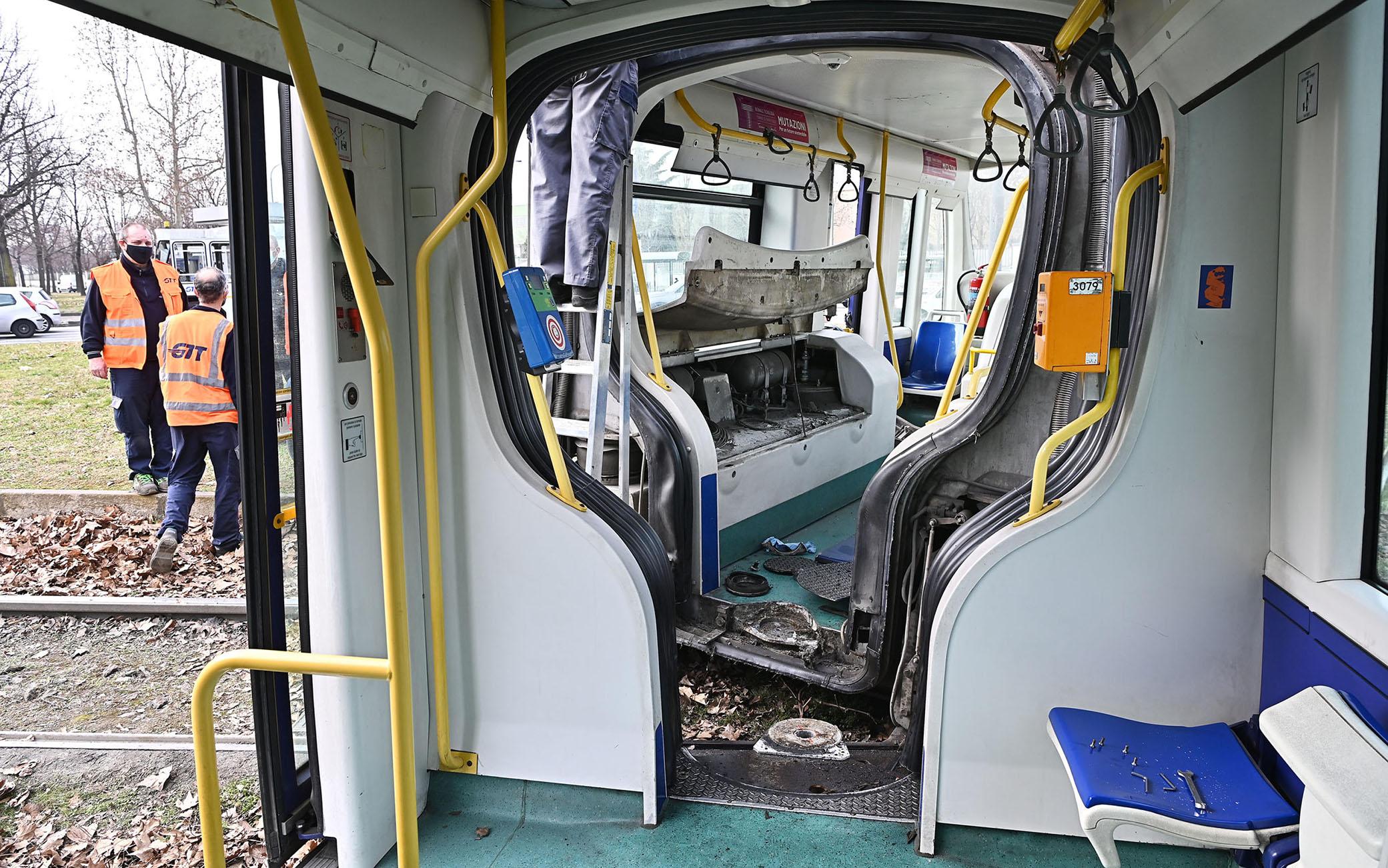 Il tram che ha deragliato e si è spezzato in due mentre entrava nella rotonda di piazza Caio Mario, a Torino, 27 febbraio 2021. A bordo numerose persone ma nessun ferito. Ancora da chiarire la cause dell'incidente.   ANSA/ALESSANDRO DI MARCO