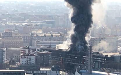 Torino, incendio nell'ex palazzo Fiat di Corso Ferrucci