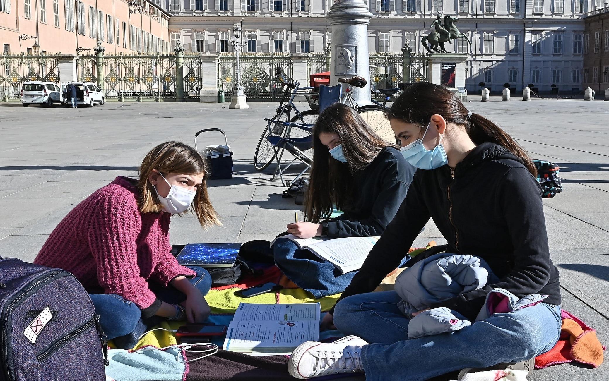 Maia, Anita e Lisa oggi intente a seguire le lezioni online in piazza Castello