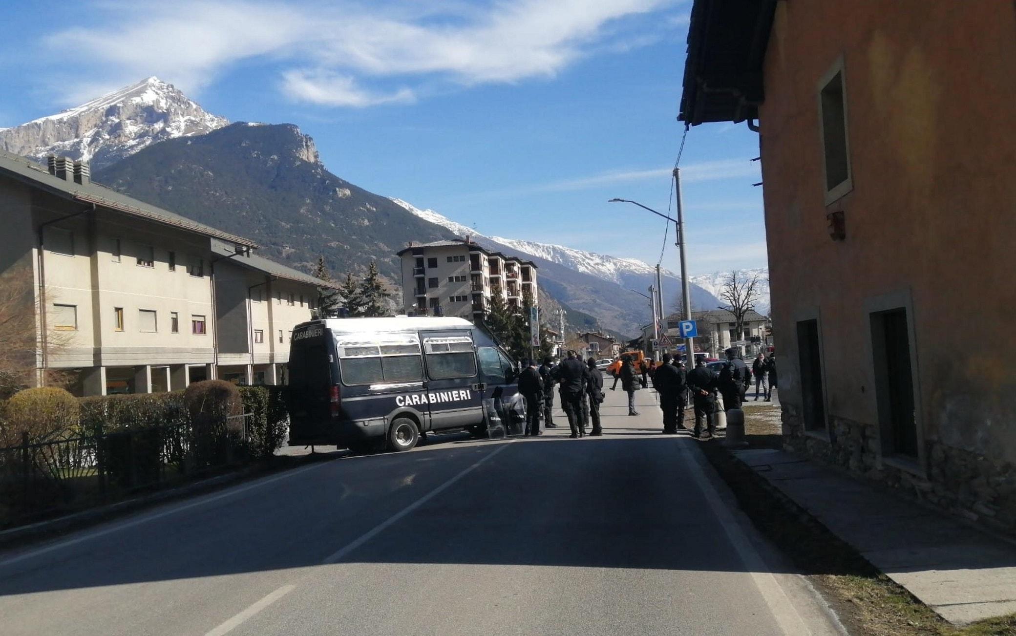 Digos della Questura di Torino e carabinieri sono impegnati dall'alba nello sgombero della casa cantoniera alle porte di Oulx