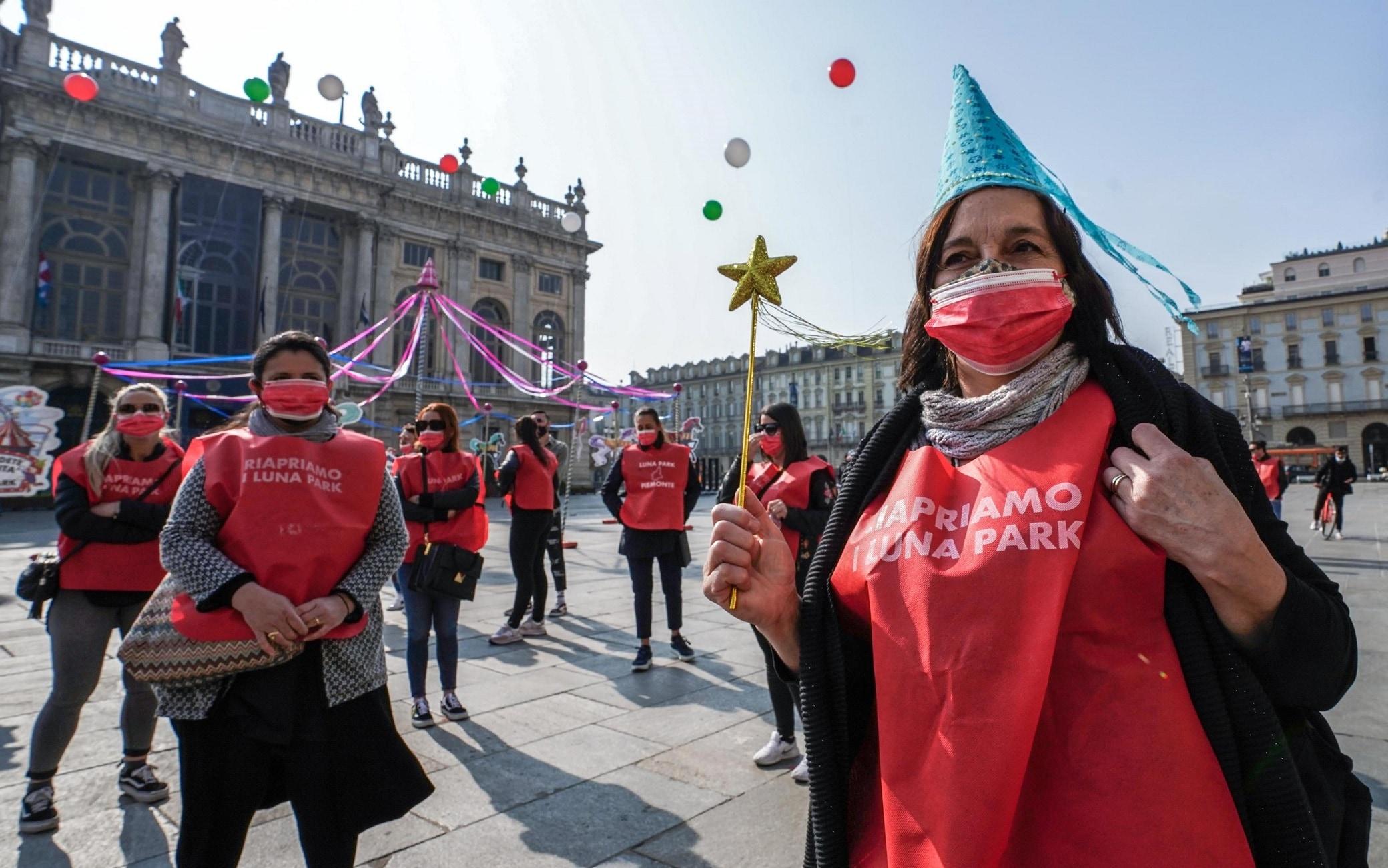 La protesta in piazza Castello a Torino di giostrai e circensi