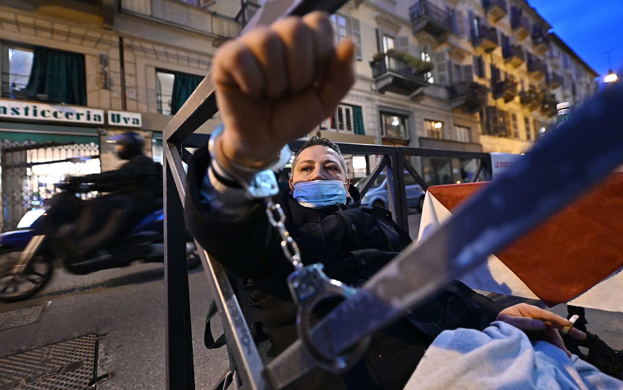 Salvatore Chiarello ammanettato al dehors del proprio locale, il bar Retrò