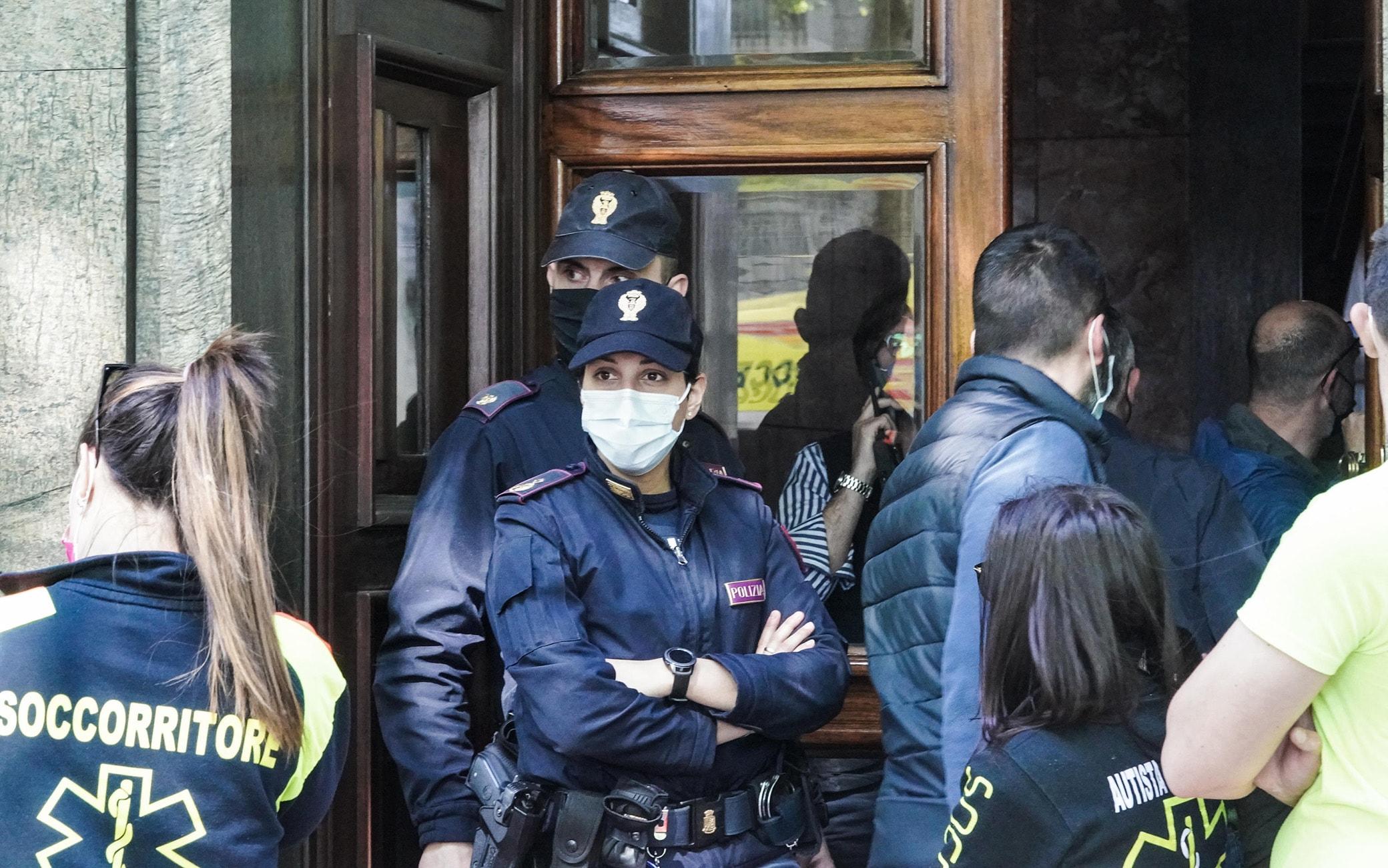 Una veduta esterna del palazzo dove un uomo, una guardia giurata di 50 anni, ha ucciso la moglie sparandole alcuni colpi di pistola, a Torino, 07 maggio 2021. ANSA/TINO ROMANO