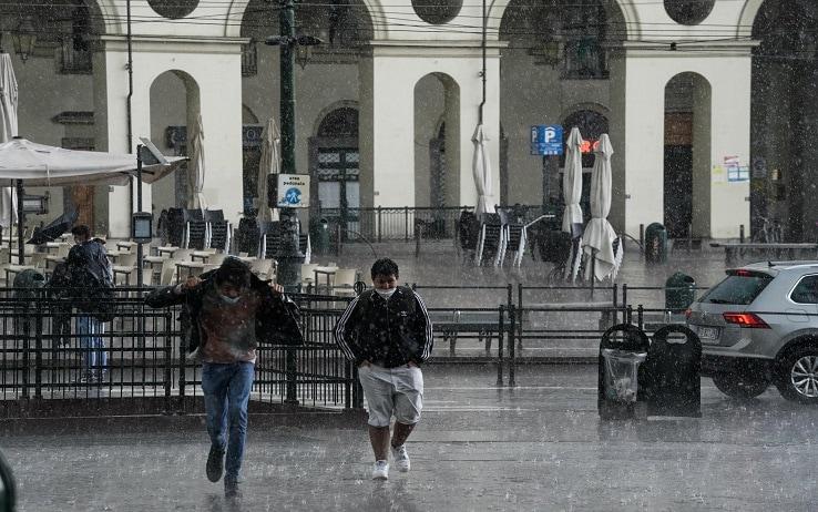 Il forte temporale, con pioggia intensa, che si è abbattuto sulla città, Torino, 14 maggio 2021. ANSA/ TINO ROMANO