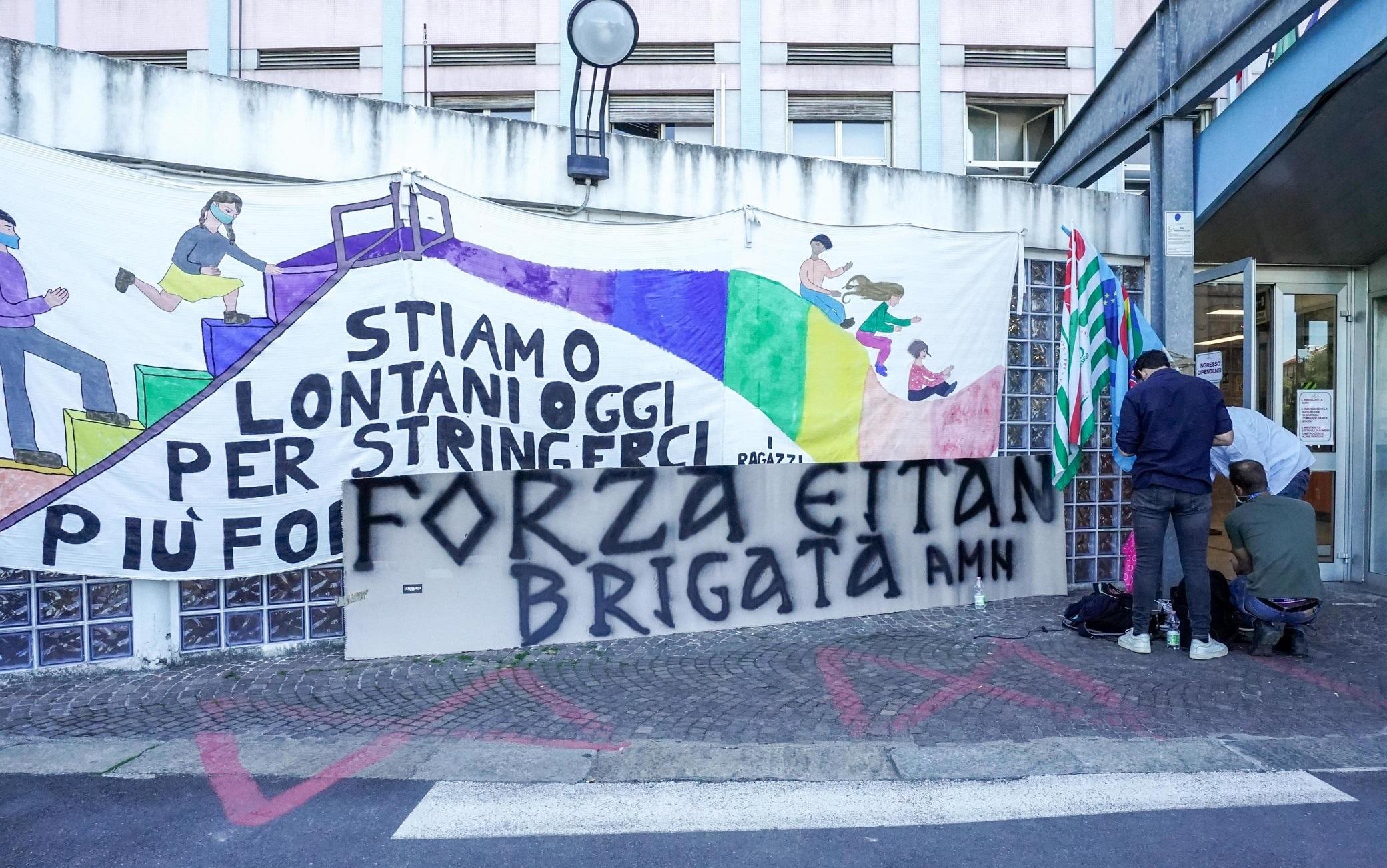 Uno striscione per Eitan appeso dai tifosi della Juventus davanti all'ospedale Regina Margherita