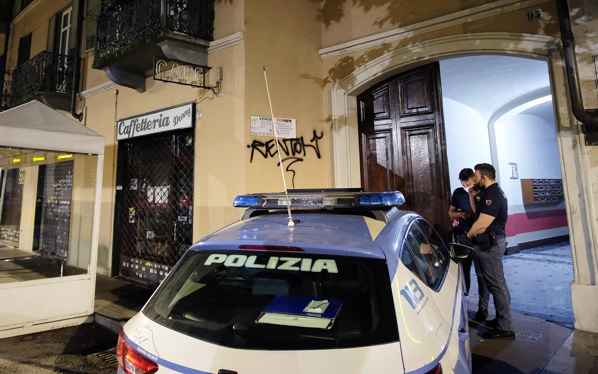 La polizia all'esterno del palazzo dove un 25enne originario del Bangladesh è stato trovato ucciso nel suo appartamento a Torino, 9 giugno 2021.ANSA/ ALESSANDRIO DI MARCO