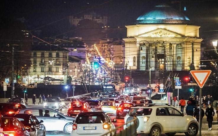 Traffico e ingorghi in piazza Vittorio per lo shopping natalizio. Torino 23 dicembre 2020 ANSA/TINO ROMANO