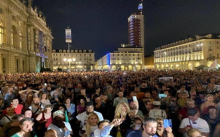 Folla in Piazza Castello a Torino per il No paura Day, manifestazione lanciata due giorni fa via internet per protestare contro il Green pass e l'obbligo vaccinale, Torino, 22 luglio 2021. ANSA/ALESSANDRO DI MARCO