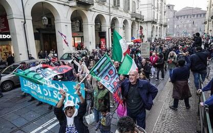 Protesta No Green pass a Torino, tensione anarchici e estrema destra