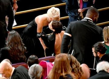 Oscar 2019: l'abbraccio fra Lady Gaga e Irina Shayk