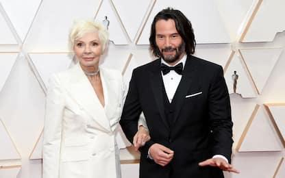 Oscar 2020, Keanu Reeves sul red carpet con la mamma. FOTO