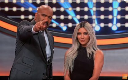 La famiglia Kardashian in tv al Celebrity Family Feud. FOTO