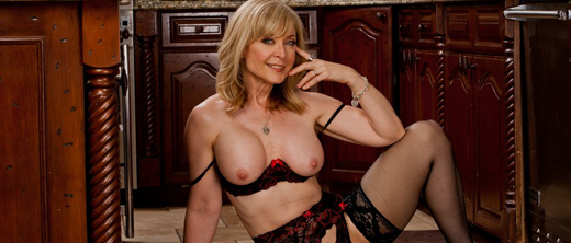 nina-hartley-in-topless-in-cucina