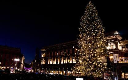 Sky, l'albero di Natale acceso in Duomo a Milano