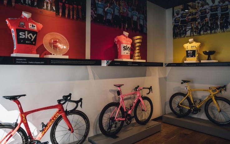 I tre trofei dei grandi giri esposti con le maglie durante il Cycle Show