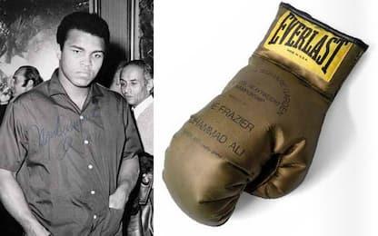 Muhammad Ali, all'asta guantone dorato autografato