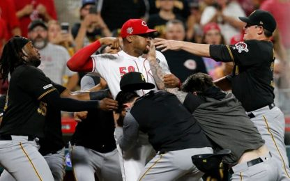 Sembra wrestling, ma è baseball: mega rissa in MLB