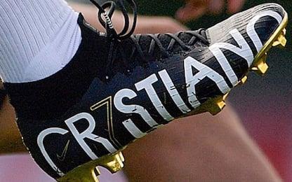 CR7 sfoggia i nuovi scarpini personalizzati. FOTO