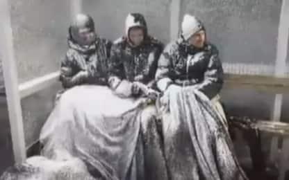 Islanda, bufera perfetta: neve ricopre giocatori