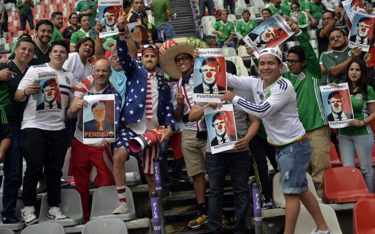 I tifosi americani fraternizzano con i messicani contro Trump
