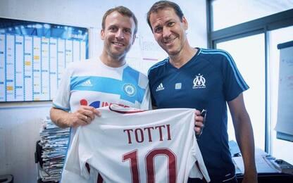 Garcia e Macron: foto con la maglia di Totti