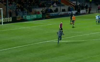 Invasore punta l'arbitro, la scena è comica: VIDEO