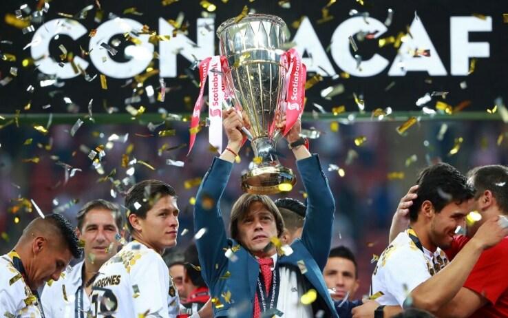 Matias Almeyda alza al cielo il trofeo, foto Getty