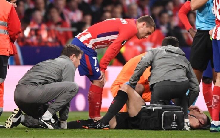 Koscielny, il capitano dell'Arsenal dice addio alla semifinale, per un infortunio che lo porta fuori dal campo in lacrime