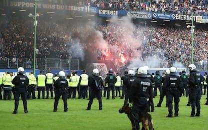 Fumogeni e polizia, l'Amburgo retrocede nel caos