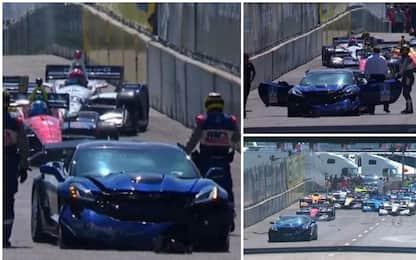 Indycar, la pace car si schianta alla prima curva
