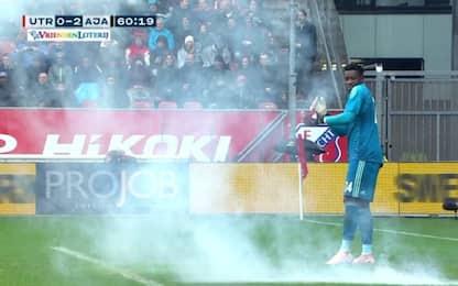 Petardo contro il portiere in Utrecht-Ajax. VIDEO