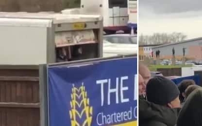 Sunderland, i tifosi vedono la partita dal camion!