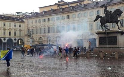 Tensione a Torino, ultras Bosnia esplodono petardi