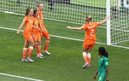 Olanda agli ottavi: 3-1 al Camerun
