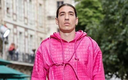 Bellerin modello a Parigi: look rosa shocking