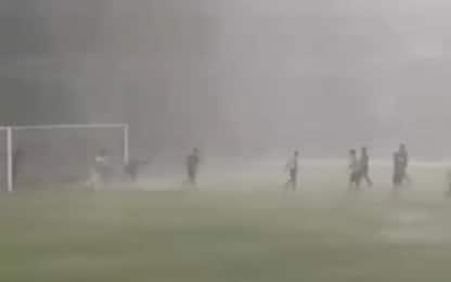 Gara sospesa per pioggia, giocano i tifosi. VIDEO