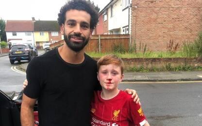 Bambino rincorre Salah per una foto, ma si fa male