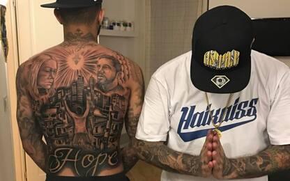 Gabigol esagera, maxi tatuaggio sulla schiena